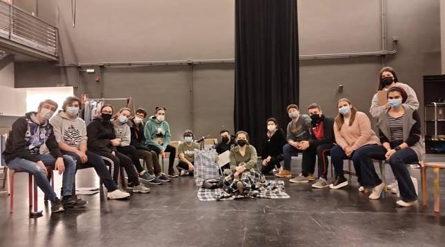 Los alumnos del IES Valle del Ebro, tras un ensayo realizado en el Auditorio de Ribaforada donde hoy representan 'Caídos del cielo'.