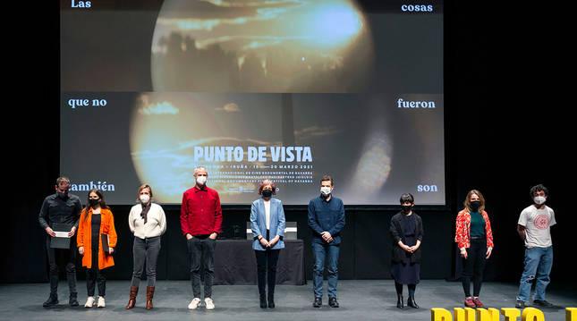Foto de la consejera Esnaola, en el centro, junto a organizadores y premiados.