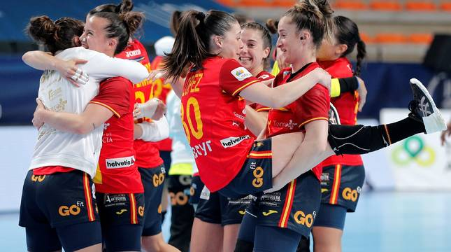 Las jugadoras de la selección española de balonmano femenino celebran su clasificación para los Juegos Olímpicos de Tokio tras vencer a Argentina.