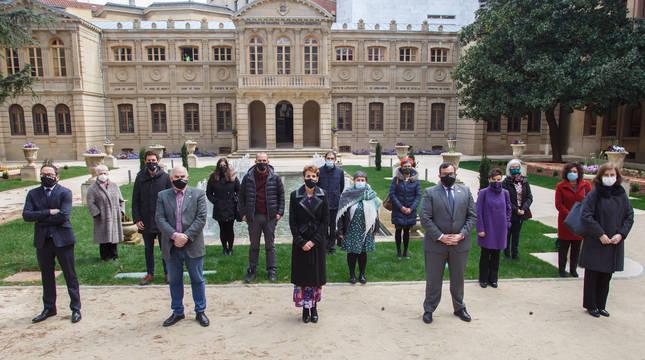 Foto de grupo de la presidenta Chivite junto a los vicepresidentes Remírez y Aierdi con representantes de las administraciones y entidades galardonadas.