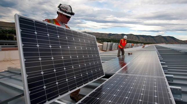 Foto de la instalación de una planta solar fotovoltaica.