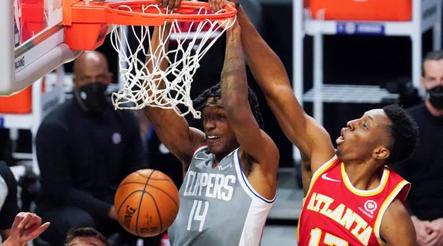 Terance Mann, de los Clippers, machaca el aro ante la defensa de Okongwu de los Hawks.