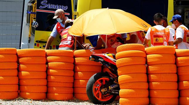 Una ambulancia recoge a Marc Márquez tras el accidente sufrido en el circuito de Jerez en julio de 2019