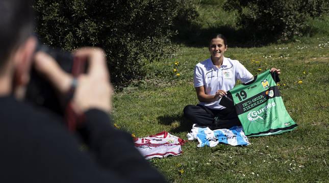 Macarena Sans, recién llegada del Preolímpico que jugó con Argentina en Llíria, con su nueva camiseta ayer.