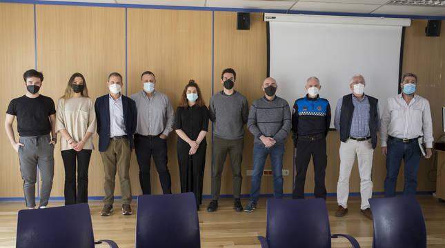 Estudiantes de periodismo junto a las autoridades en el Ayuntamiento de Pamplona.