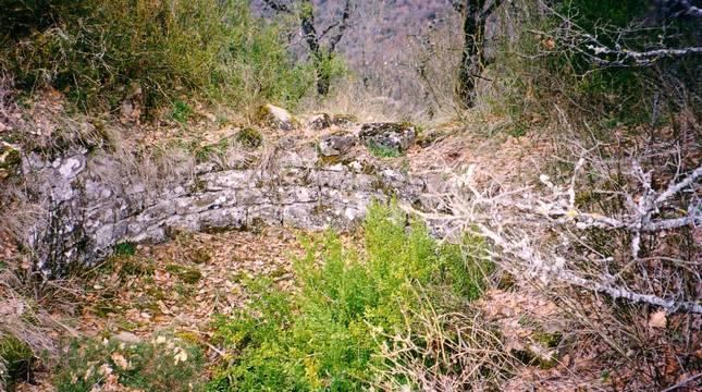 Restos de la torre circular del castillo de Leguin (Izagaondoa).