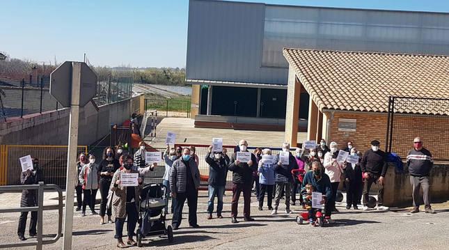 Vecinos y vecinas de Beire se concentraron frente al colegio pidiendo ampliar los ciclos de Primaria.