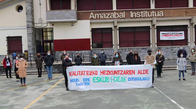 Padres y madres de alumnos en su comparecencia del miércoles en el instituto Amazabal.