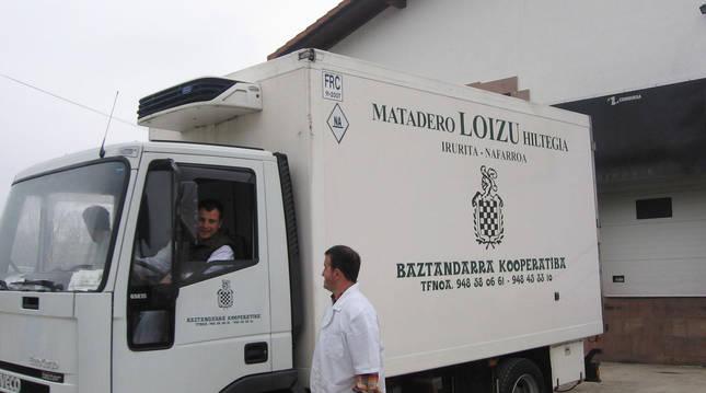 En una imagen de archivo, un camión del matadero a la entrada del servicio ofrecido en Irurita.