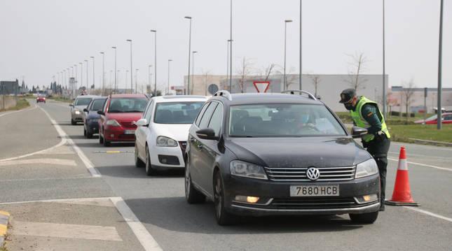 Un conductor muestra su justificante a un guardia civil en uno de los controles.