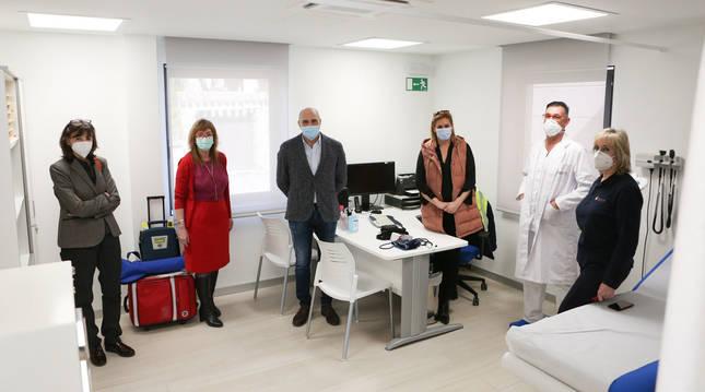 El gerente de Atención Primaria, Manuel Carpintero, tercero por la izquierda, visita el consultorio de Obanos tras su reforma.