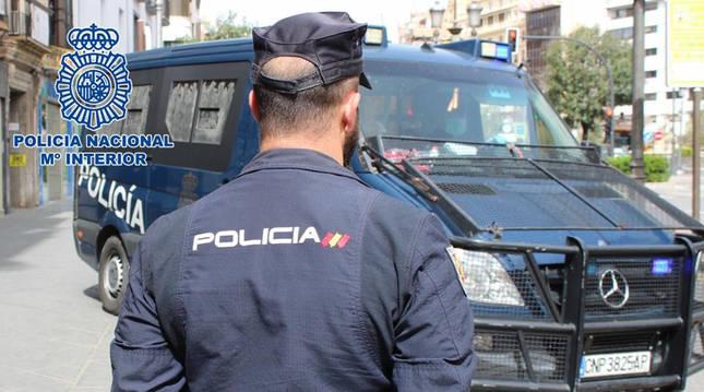 Un agente y una furgoneta de la Policía Nacional, en una detención anterior.