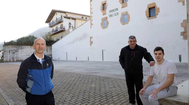 Antonio Ziganda con Antonio y Andoni Gascue, el miércoles en el frontón de Larraintzar.