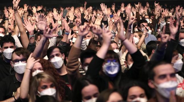Se ha realizado un cribado masivo entre los 5.000 asistentes al concierto y se han repartido mascarillas FFP2 a la entrada para poder disfrutar del espectáculo sin tener que cumplir la distancia de seguridad.