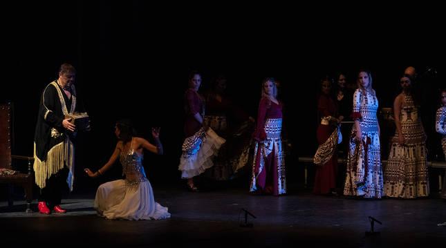 El bailarín Antonio Canales durante la representación de 'Batalyaws' en el Teatro López de Ayala de Badajoz