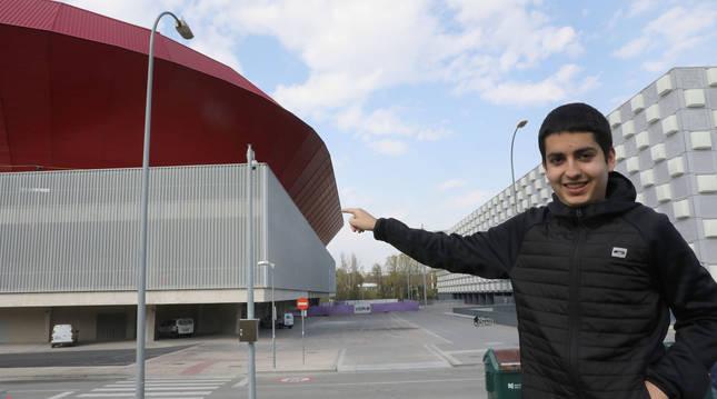 Kimetz Arguiñariz Vital, sangüesino de 16 años, señalando el estadio de El Sadar el pasado viernes.
