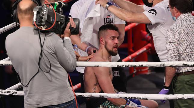 El navarro David Soria Goñi es atendido tras perder su combate por la vía del K.O. en el tercer asalto ante José Gregorio.
