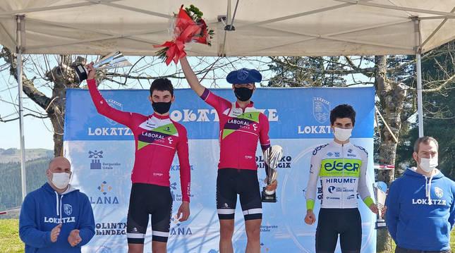 Foto de Unai Iríbar y Asier Etxeberria, ayer en el podio de Gorla.