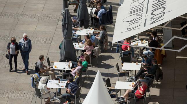 El sol y las altas temperaturas animaron a los pamploneses a disfrutar del primer domingo de Semana Santa en los bares