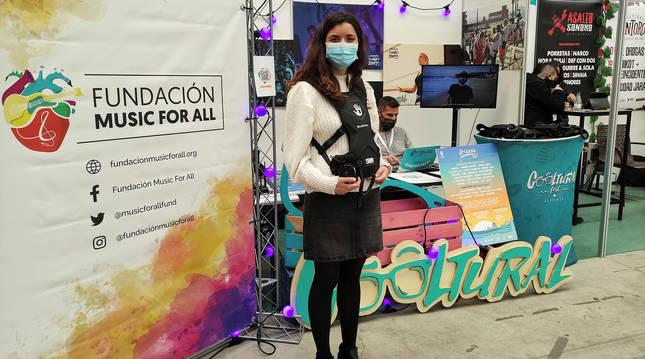 La responsable de proyectos de la Fundación Music for all, Raquel García, posa con uno de los petos.