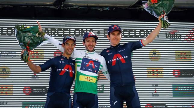 Adam Yates, en el primer peldaño del podio de la Volta, junto a Richie Porte (2º) y Geraint Thomas (3º).