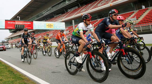 Adam Yates junto a sus compañeros en la pista del Circuito de Montmeló durante la última etapa de la Volta 2021.