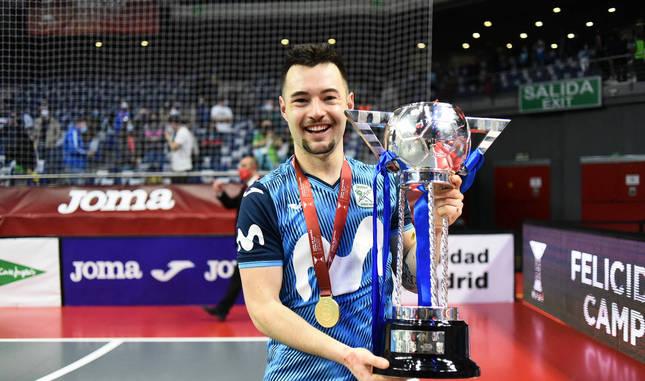 Foto de Dani Saldise con el trofeo tras la victoria ante el Barcelona que le dio ls Copa de España.