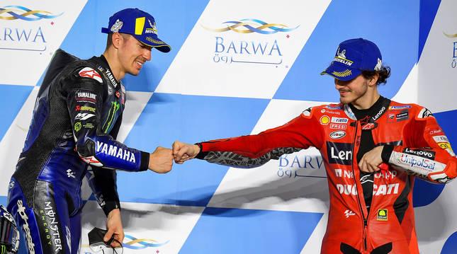Viñales (izda.) piloto de Yamaha, celebra con Bagnaia (dcha.), de Ducati, los puestos 1º y 2º respectivamente en el GP de Catar.