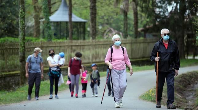 Los amantes de la naturaleza aprovecharon este Jueves Santo, 1 de abril, para visitar el Señorío de Bertiz donde se reanudaron los senderos cerrados antes por las medidas contra el coronavirus.