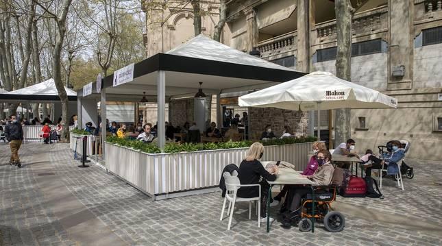Las nuevas terrazas junto a la plaza de Toros y las de la Plaza del Castillo se llenaron con motivo de la jornada festiva.
