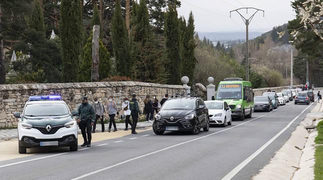 Agentes de la Guardia Civil en un control de movilidad en Cercedilla.