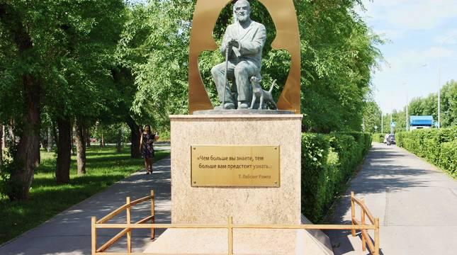 Monumento dedicado a Tuesday Lobsang Rampa en Kemerovo (Rusia).