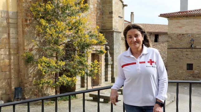 Isabel Cadena Riera, presidenta de Cruz Roja en Estella, junto a la iglesia de Cirauqui.