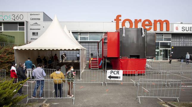El camión en el que se realizan las pruebas PCR, en el exterior del edificio de la antigua Forem.