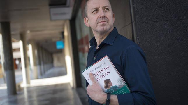 Carlos Aurensanz posa con un ejemplar de su nueva novela en una calle de su Tudela natal.
