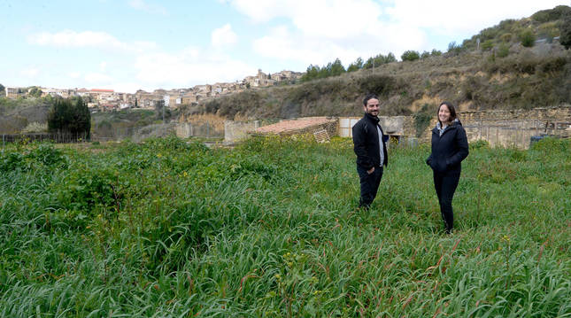 José Javier Osés Carrasco y Maider Ondarra Hernández en la huerta que se cultivará en San Martín.