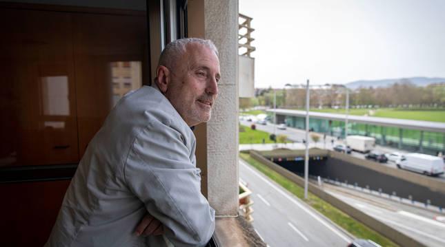Carlos Artundo, asomado a una de las ventanas de su despacho, con vistas a Yanguas y Miranda. Se quitó la mascarilla únicamente para la fotografía.