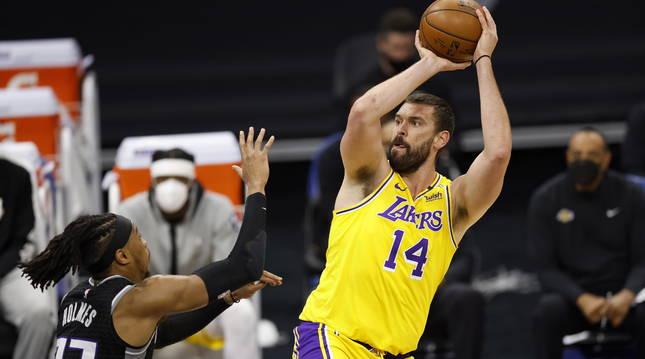 El pívot español Marc Gasol contribuyó esta madrugada a la victoria de Los Angeles Lakers.