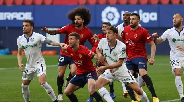 Aridane, Calleri, Gallego y Oier pelean en un córner por el balón con los jugadores del Getafe.