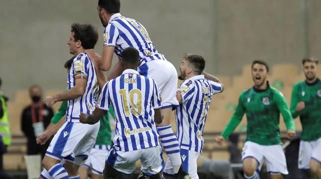 Los jugadores de la Real Sociedad celebran el único gol del partido.