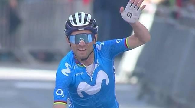 Alejandro Valverde, al cruzar la línea de meta en Estella.