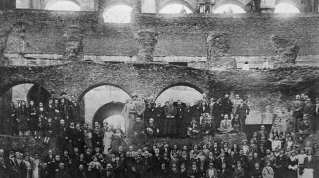 Peregrinos en el Coliseo de Roma en 1933.