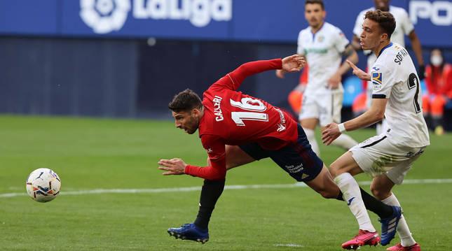 Calleri observa el balón cayéndose junto a Sofian Chakla en el Osasuna-Getafe disputado el sábado.