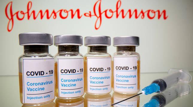 Viales y una jeringuilla de la vacuna de Johnson & Johnson