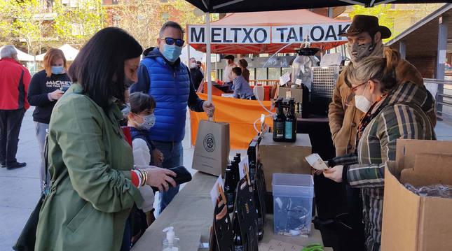 Aroa Martínez y Sebastián Martínez ayer en el stand de Cervezas Kondaira instalado este fin de semana en la plaza de los Fueros de Estella.
