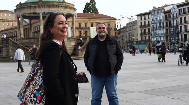 María Beunza Mijimolle y Roberto Aguirre Hervas, en la Plaza del Castillo.