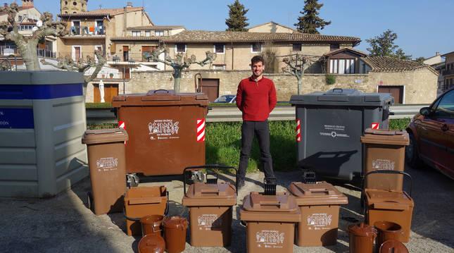 Xabier Goldáraz con los diferentes cubos que se repartirán para la correcta separación de residuos.