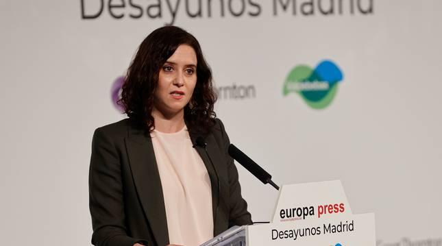 La presidenta de la Comunidad de Madrid, Isabel Díaz Ayuso, participa en un desayuno informativo.