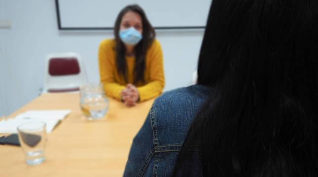 La mujer protagonista del relato, de espaldas, junto a una técnica de Médicos del Mundo.