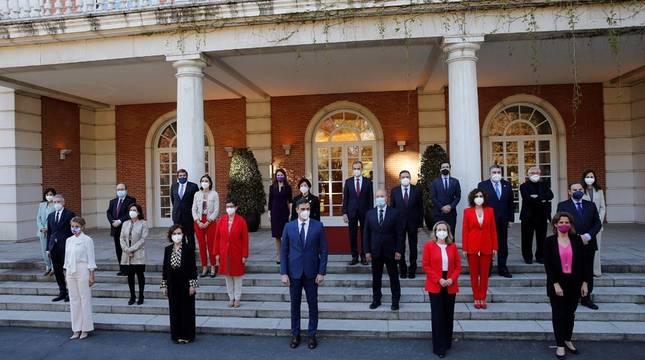 El presidente del Gobierno, Pedro Sánchez (c) posa con sus ministros para la foto de familia antes del Consejo de Ministros en el Palacio de la Moncloa.